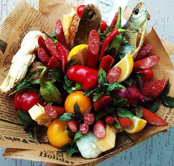 Мужской букет с закусками и рыбой купить в Москве недорого - По цене 3590 руб. | Заказать с доставкой